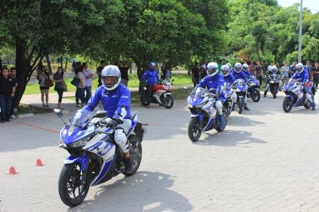 praktek-test-ride-konsumen-r25-di-kawasan-ancol